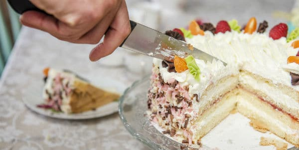 2019 Gebaksjuwelier slagroomtaart aansnijden uitgelicht